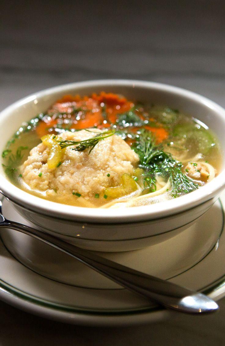 Soupe au poulet avec « matzah balls »