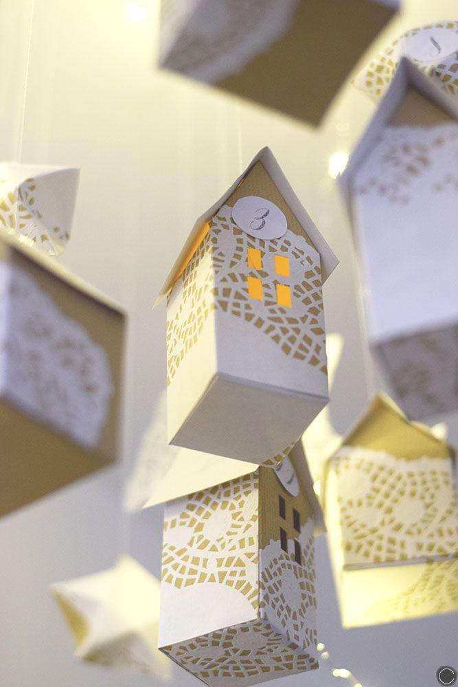 Je vous montre comment faire un calendrier de l'Avent dans les étoiles en origami, fait de maisonnettes et d'étoiles découpés dans de la dentelle en papier.