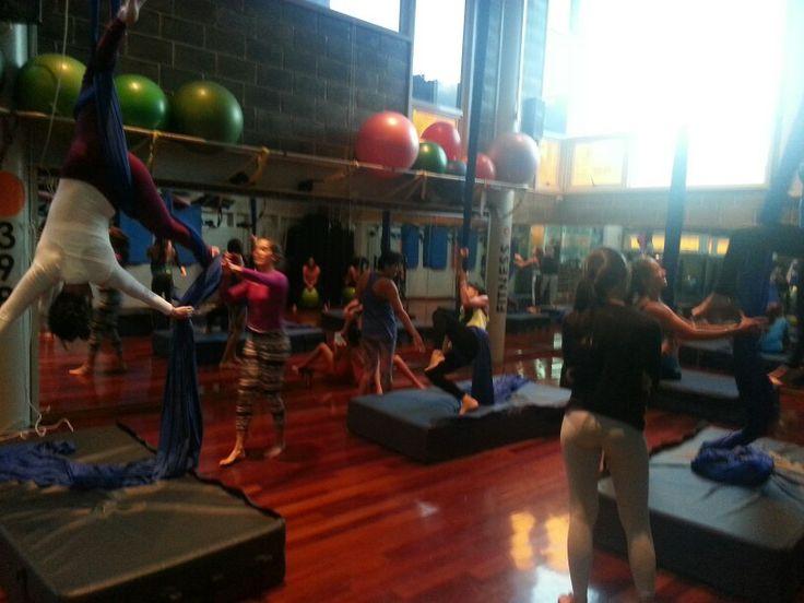 Aerial Silks class in progress with up to 19 feet cleareance and 4 users silks.  Clases de acrobacias en telas con 6 metros de altura y 4 puestos para usuarios