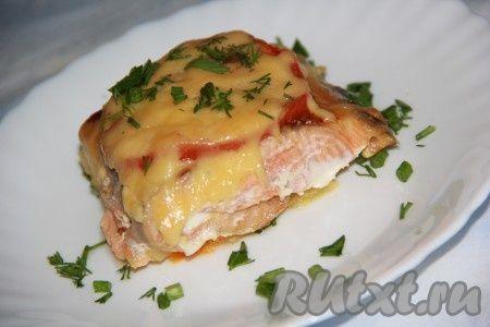 Горбуша, запеченная в духовке с овощами, получается сочной и вкусной. Гарнир к такой рыбе можно приготовить любой.