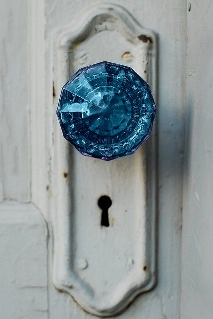 I don't know if I could bring myself to color one of my crystal doorknobs...but I must admit this looks cool.