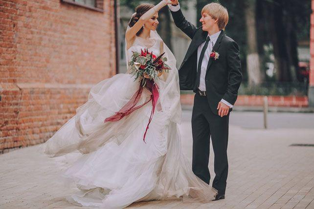 Дыхание бохо в цвете марсала, жених и невеста у кирпичной стены - The-wedding.ru