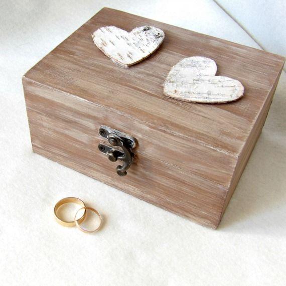 Coffret en bois porte alliances de mariage orné de deux coeurs