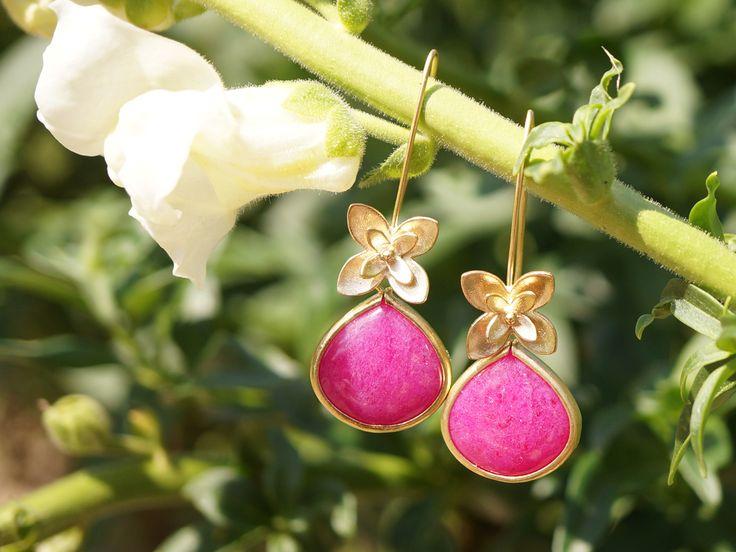 Aufregende Ohrringe mit dreidimensionalen Blüten und magentafarbenen Jade Steinen in Tropfenform. Von Zimelien.
