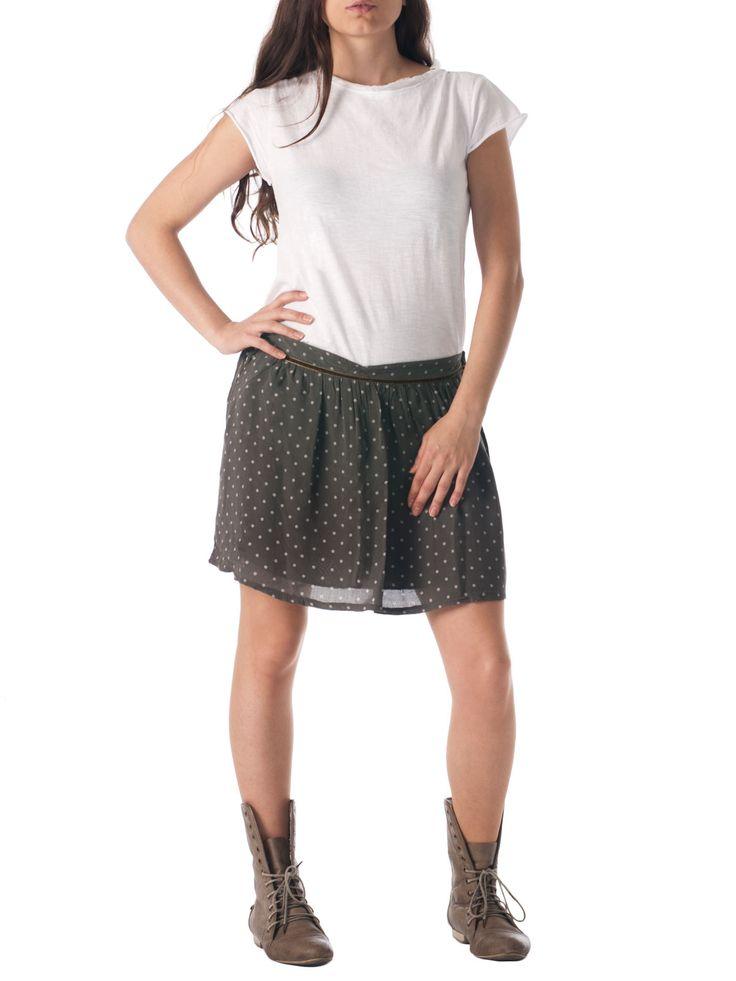 Outfit. Camiseta y falda de topos de la marca española Lombok shop.