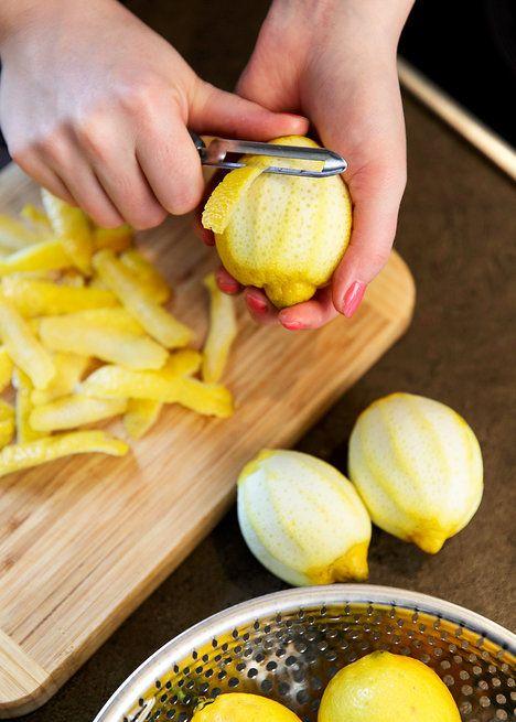 Citrony oloupejte tak, abyste se žlutou vrstvou vzali co nejméně té bílé hořké; Mona Martinů