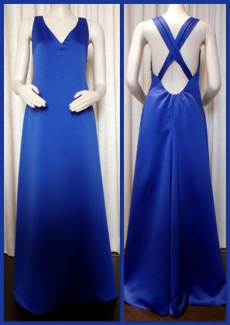 Getailleerde jurk met V-hals en geplooide schouderbanden die doorlopen tot onder de taille. Diepe ruguitsnijding met plooitjes. De lange rok heeft een klein aangeknipt sleepje.