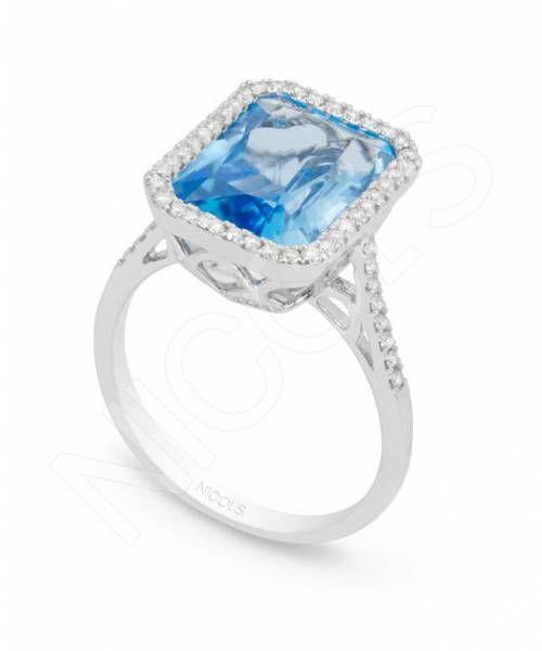 Anillo de Diamantes Colorfull Top NICOL´S. Sortija con piedra central tipo sello rectangular, rodeada de diamantes en el bisel lateral. Fabricada en oro blanco, topacio azul 4.20ct y diamantes 0.45ct.