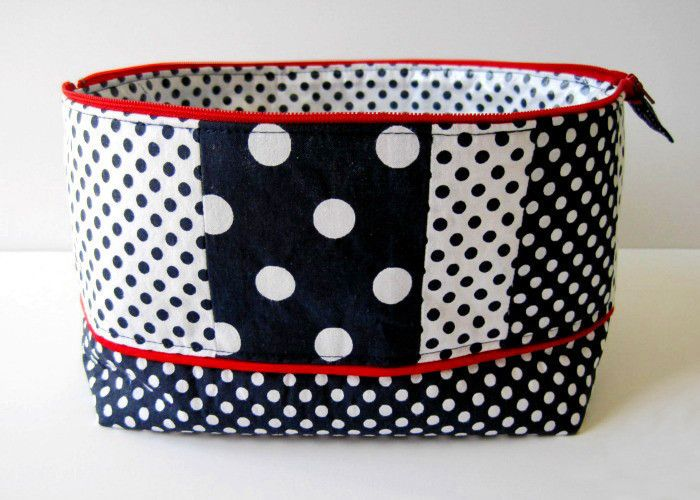 Makeup Bag  •  Free tutorial with pictures on how to make a pouch, purse or wallet in under 90 minutes