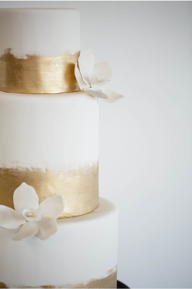 Traumhafte Hochzeitstorte in Weiß/Gold. | Gold and White Wedding Cake via StyleUnveiled.com / Seattle Wedding / Cheryl Ford Photography #weddingcake #hochzeitstorte #weiß #gold #white