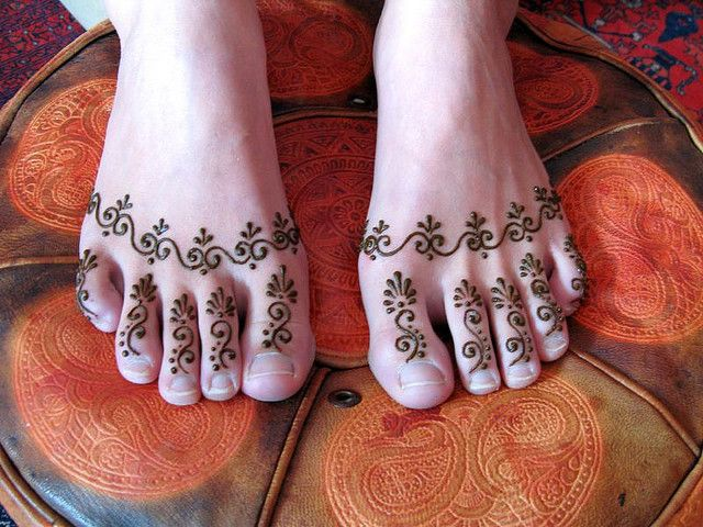 simple spiral Henna Mehndi design on feet toes - very cute #tattoo #indian