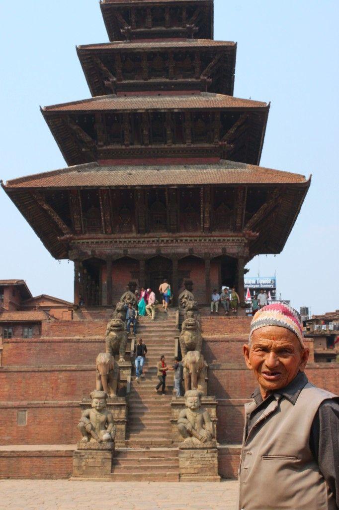 [Bhaktapur in 10 scatti] Bhaktapur è una città incantevole, incastonata nella tradizione, protetta e racchiusa dai suoi templi. Dritta al cuore e al cervello. Indimenticabile.