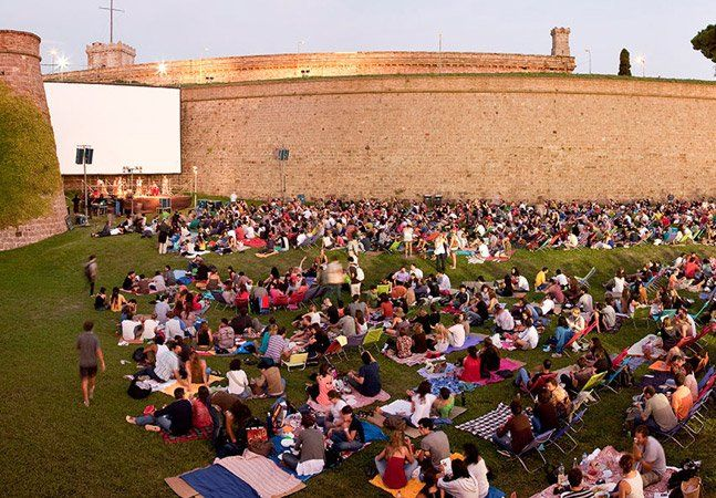 Nos jardins de Montjuïc, um castelo do século XVII construído no sul de Barcelona, na Espanha, centenas de pessoas se acomodam em cadeiras e toalhas. O evento, realizado ao ar livre, é o Sala Montijuïc, um projeto que acontece no verão, entre o meses de julho e agosto, e convida os espanhóis a fazerem piqueniques e curtirem o fim da tarde, enquanto assistem a shows ao vivo e a clássicos do cinema. O Sala Montjuïc, que completou sua 12a edição em 2014, é uma experiência única no verão…