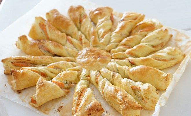 Tarte soleil : recouvrir une pâte feuilletée de crème épaisse, de jambon et de gruyère râpé. La recouvrir d'une 2ème pâte. Poser un verre au centre. Couper 16 parts autour du verre et former un tortillon avec chacune d'elle. Dorer au jaune d'oeuf. Faire cuire environ 20 mn. http://www.percheesurmabranche.fr/2014/09/28/tartes-soleil-pour-lapero/