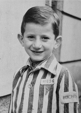 Esto es Josef Schleifstein , liberado a 4 años de edad. Parece que su uniforme dice Buchenwald . Buchenwald en realidad tenía un zoológico allí para el disfrute de los funcionarios de prisiones y sus familias, muchos de los cuales vivían justo en el terreno del campo de concentración . El zoológico se encontraba delante de la valla de alambre de púas por lo que los presos podían verlo . También podían ver que los animales estaban mejor alimentados