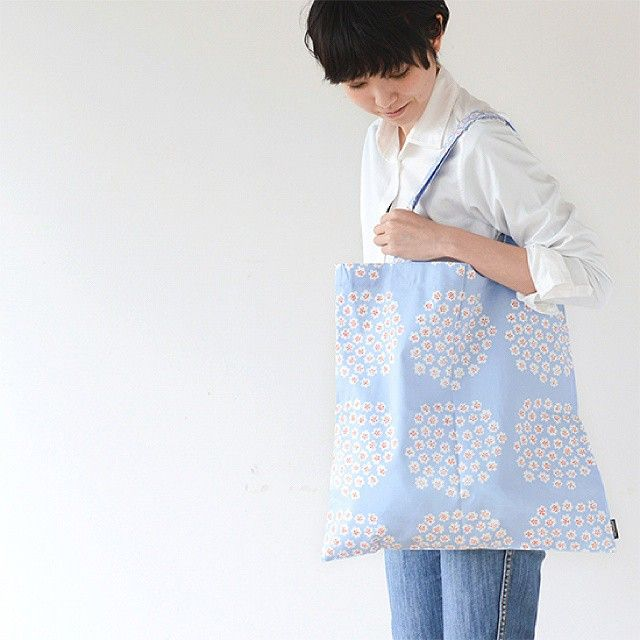 マリメッコのプケッティのエコバッグ。さわやかなアイスブルーのカラーは、これからの季節たくさん活躍してくれそうです◎  マリメッコ/PUKETTI/エコバッグ #北欧暮らしの道具店