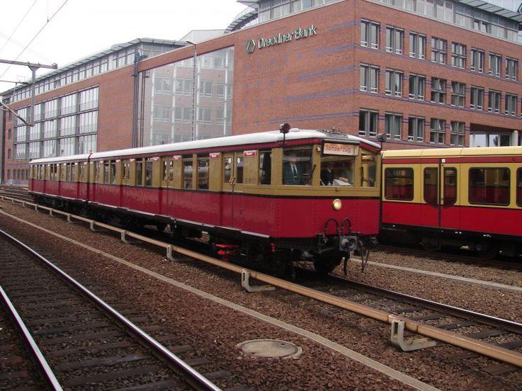 Oh wie schön!!! Ein S-Bahn Sonderzug der Berliner S-Bahn fährt am 12.08.07 in den Bahnhof Berlin Ostbahnhof ein.