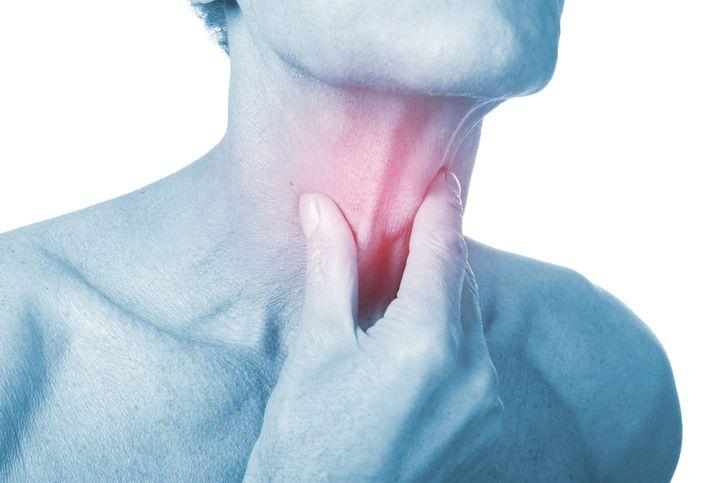 Notez cette astuce Les maux de gorge peuvent être un symptôme d'une infection comme le rhume, la grippe ou encore la pharyngite. On peut aussi attraper des maux de gorge à cause des allergies, d'un air de mauvaise qualité ou encore la consommation de tabac. Pour pallier ces maux de gorge, il existe des aliments...