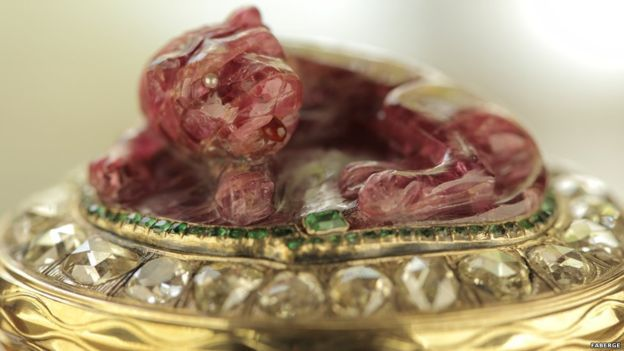 Joya de la colección de Carl Fabergé:Esta espinela (gema) roja, perteneciente al siglo XVII, etapa del Imperio Mogol, decora una caja ornamental de 1890.