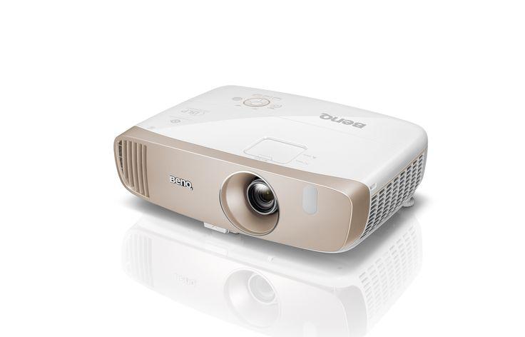 BenQ W2000  Specyfikacja:  Technologia DLP  3D Full HD  2000 lumenów  Kontrast 15000:1  Dwa wejścia HDMI (1x MHL)  Złącze 5V DC USB  Standard Rec. 709  Koło kolorów RGBRGB  pionowy Lens-Shift  ISF ccc  20 watt Cinema Master Audio + Sound  Kino domowe o podwyższonym standarcie  Projektor W2000 przenosi kino domowe, dzięki standardowi Rec 709 HDTV - zapewniającemu lepsze, wysokorozdzielczowe odwzorowanie kolorów, na nowy poziom. Projektor BenQ dzięki CinematicColor jest wyposażony w…