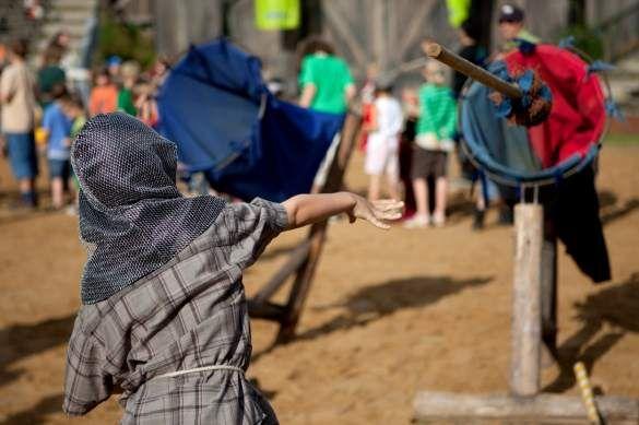 Nicht nur die Kinder spielten im Mittelalter. Spiele fanden vor allem auch unter Erwachsenen statt.