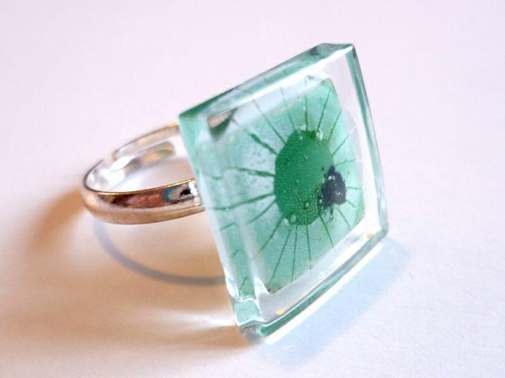 Glass and adjustable ring for girls. Funny!! bglass.glass@facebook.com es.dawanda.com/shop/BGLASSbcn etsy.com/shop/BGLASSbcn Anillo infantil autoajustable de vidrio sol. Pintado a mano. Tonos verdes y negro.Tamaño de la pieza de vidrio de 1,5 cms. x 1,5 cms. corte del v...