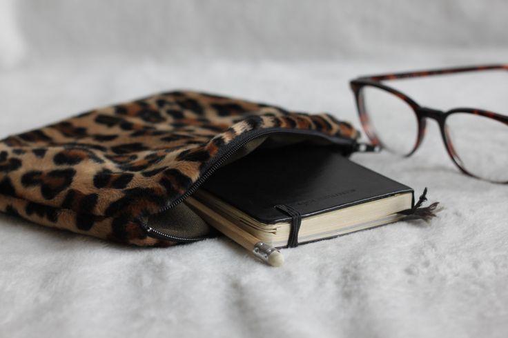 Pochette faite main à Paris en fausse fourrure léopard & doublure 100% coton kaki. Pochette toute douce ! Fermeture éclair noire.  Pochette à glisser dans son sac à main, idéale pour y ranger son make up, son chargeur de téléphone ou d'autres petites affaires qui ont l'habitude de trainer dans notre sac :)  Dimensions: 15 x 20 cm