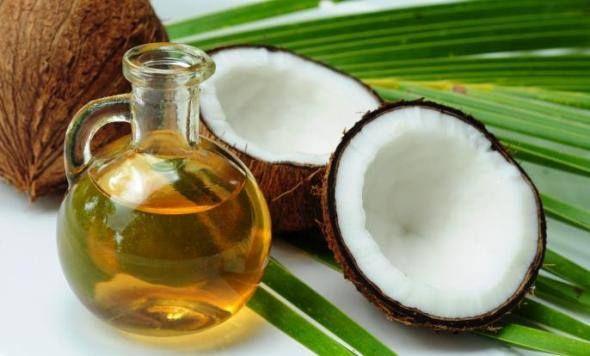 Spowolni efekty starzenia, zadba o włosy Olej kokosowy ma prawdziwie kojący wpływ na skórę. Przydaje się w leczeniu egzemy, łuszczycy i poparzenia słonecznego, redukuje worki pod oczami.