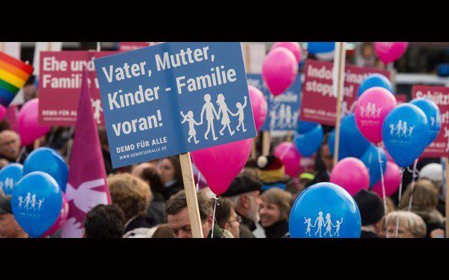 """Kraftvoller Elternprotest gegen Sexuallehrplan: Am vergangenen Sonntag fand die erste """"Demo für Alle"""" in der hessischen Landeshauptstadt Wiesbaden statt. Knapp 2.000 Bürger folgten dem Aufruf von H…"""