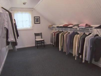 HGTV.com zeigt Ihnen, wie Sie einen unfertigen Dachboden in einen begehbaren Kleiderschrank verwandeln können.