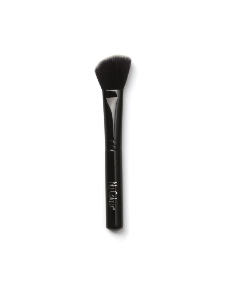 ANIMAL FREE - DESIGNED BY Raphaël, the expert in professional brushes - BLUSH BRUSH 3 For a precise blush application! This angled brush crafted with ultra-soft synthetic duo fiber bristles, is perfect for sculpting the contours of your cheeks, providing seamless definition