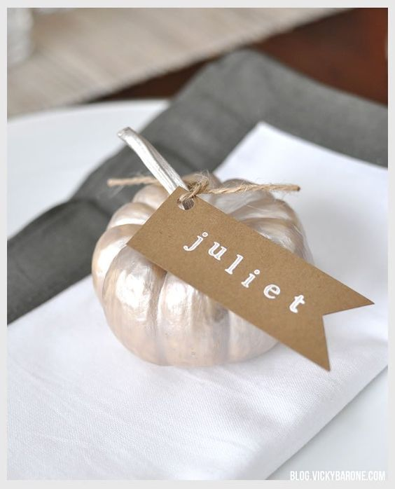 DIY Thanksgiving Pumpkin Place Cards | Stamped name cards | Painted pumpkins | Table setting | thanksgiving decor ideas: