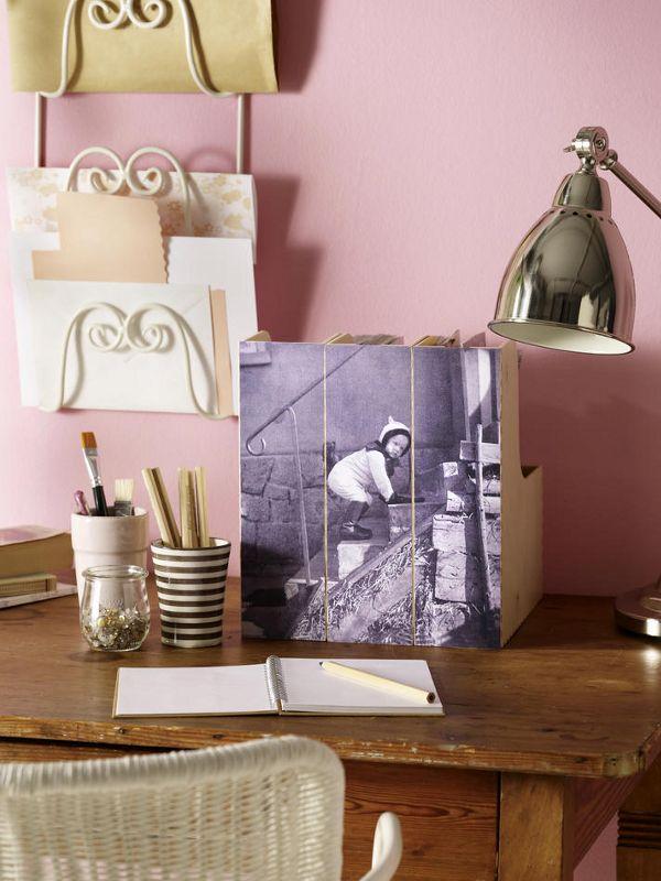 FotoZeitschriftensammler (z. B. von Ikea)Kleberoller (z. B. von Tombow; Bastelladen)BleistiftSchere1. Foto im Copy-Shop auf die passende