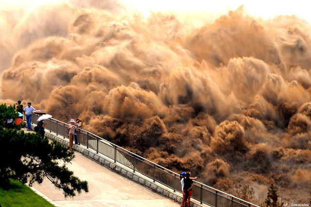 El espectacular lavado del Río Amarillo (The spectacular washing of Huang He River), Xiaolangdi, China.  Photo by AP/Gtresonline.