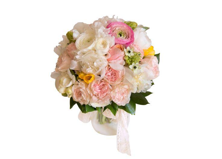 Buchetul este alcatuit din trandafiri, minitrandafiri, ranunculus, bujori albi, ornitogalum si frezii.
