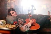 Ashley Hicklin    Ashley Hicklin wuchs im Nord-Osten Englands, in Scarborough, North Yorkshire auf. Im Alter von 14 Jahren begann er an Open Stage-Abenden im Pub seiner Eltern aufzutreten.Am Leeds College of Music studierte er klassische Musik. Gesang, Gitarre, Piano, Schlagzeug und Klarinette sind seine Instrumente.