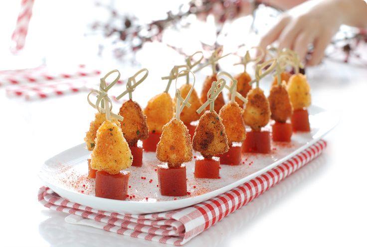 Estrenamos la navidad con un entrante de queso frito con pimentón y membrillo. Le damos forma de árbol y lo convertimos en un pinchito precioso.