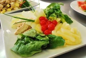 Ensalada Ave-Hawaii  600 gr de pechuga de pollo cocida  1/2 tarro de piña en conserva  1/2 lechuga (o a gusto)  125 cc mayonesa  1 manzana verde grande  1/2 cucharadita de curry en polvo  Cerezas o guindas para decorar