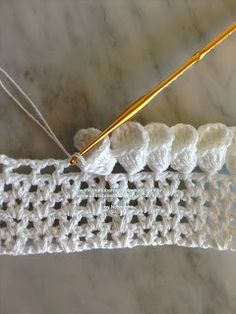 Crochet Petal Edging Pictorial by Oficina do Barrado. Tutorial is in Portuguese but you can easily figure out through the images.
