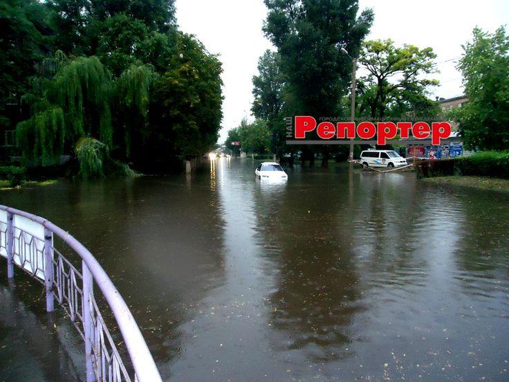 После дождя в центре Каменского опять «плавают» авто » НАШ РЕПОРТЕР