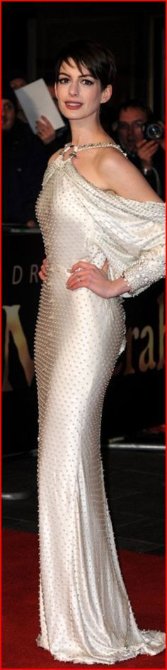 Anne Hathaway. Энн Жакли́н Хэ́тэуэй — американская актриса и певица. Обладательница премий «Эмми», «Золотой глобус», BAFTA и «Оскар» за роль второго плана в фильме-мюзикле «Отверженные». Родилась 12 ноября 1982 г.