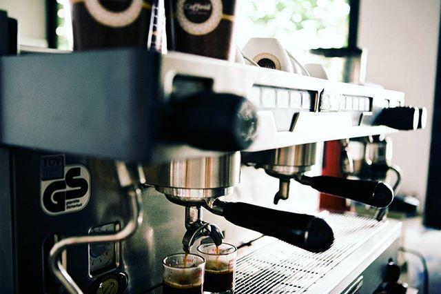 Stiati ca aparatul de #espresso a fost inventat in anul 1884 de catre Angelo Moriondo? Noi ne incepem saptamana prin a ii fi recunoscatori. Fara el, ne-ar fi fost greu pana in weekend  #coffeolove