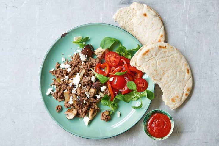 Weinig tijd? Dit gerecht met pita met gekruid gehakt en paprika-tomaatsalade is klaar in een kwartiertje. Kun je toch lekker eten - Recept - Allerhande
