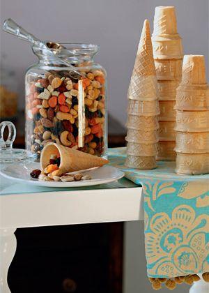 Para servir nuts como aperitivo, use casquinhas de sorvete, fica uma graça.