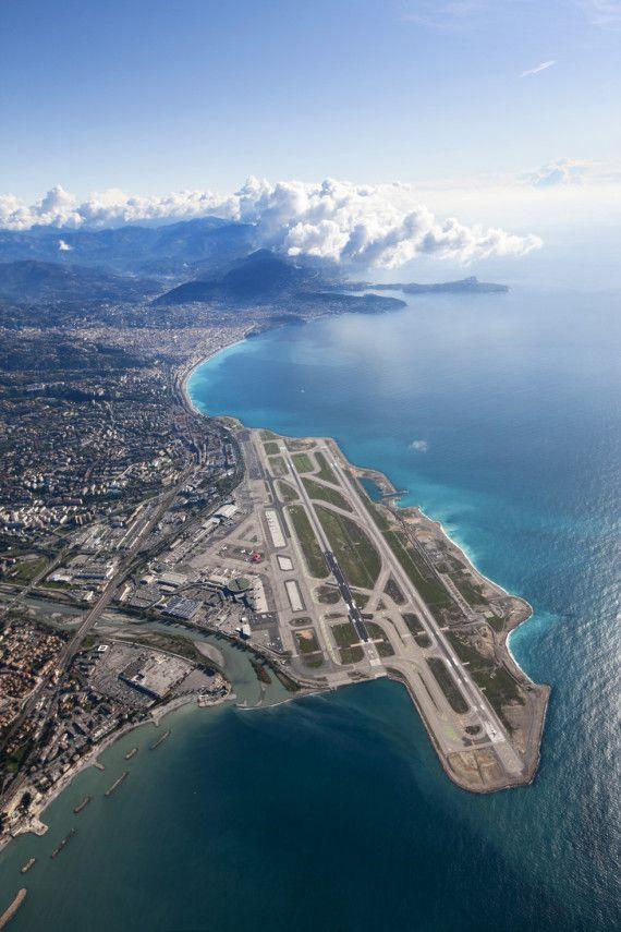 Série : hublot d'avion. Vue à l'atterrissage de l'aéroport Nice-Côte d'Azur.    Privatefly.