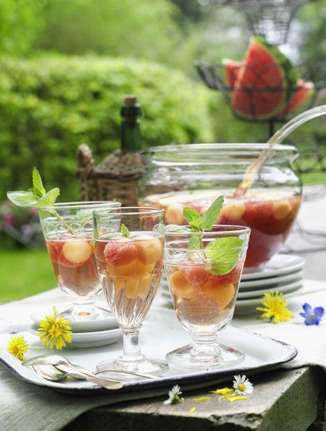 Zutaten+für+12+Gläser:++4+Beutel+Malventee,+1+Orange,+½+Zuckermelone+(hier:+Cantaloupe-Melone),+500+g+Wassermelone,+½+Bund+Minze,+1+Flasche+trockener+Sekt+(0,75+l).+Außerdem:+Kugelausstecher.  Zubereitung: Zitronen-Rosmarin-Sirup:  1.+Teebeutel+mit+1+l+kochendem+Wasser+aufgießen,+3–5+Min.+ziehen+und+abkühlen+lassen.+Dann+kalt+stellen.  2.+Orange+heiß+abwaschen,+trocken+reiben+und+in…