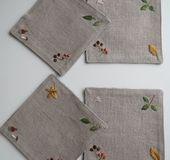 ※出品に当たり初めにお願いがございます。    刺繍のコースター(2枚組)を2点出品致しますが、    お一人様1点のご注文でお願い致します。ご理解の程宜しくお願い致します。  秋らしい刺繍を四隅に施した大き目のコースターの2枚組です。 生地はナチュラルカラーのしっかりとしたリネンキャンバス生地で、 秋の景色がピッタリなやや暗めのリネンです。 裏布はポーランドリネンの黒のヘリンボーン生地を使用しています。 裏面も器に寄って使い分けされると良いのでは...
