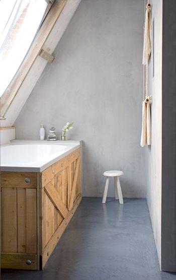 warme badkamer met houten bad