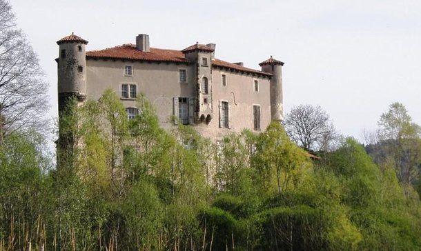 Il Castello di Volhac è una casa forte del XI secolo, situato nel comune di Coubon nella alta valle della Loira-Francia