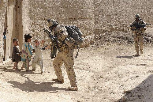 100 Images de l'Afghanistan - Jour 91. La Compagnie Bravo (Cie B) du 1er Bataillon, The Royal Canadian Regiment (1 RCR), effectue une patrouille de présence à Haji Baba et dans les environs. Des enfants saluent les militaires pendant la patrouille.